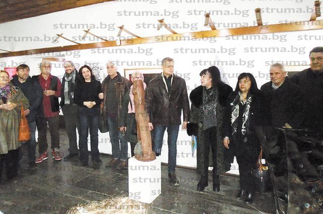 """За 16-а година художници наредиха картини в изложбата """"Приятели"""" в Дупница"""