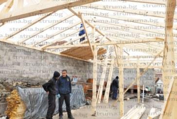 """ДОБРО ДЕЛО! Изградиха навес за магерницата в църквата """"Вси светии""""  на с. Марикостиново с дарен от ЮЗДП дървен материал"""
