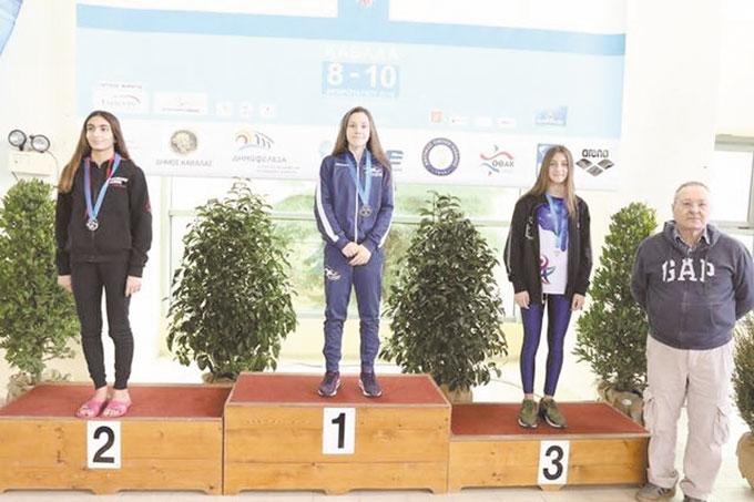 """Плувна надежда на """"GD Sport"""" подобри 38-годишен рекорд на А. Струменлиева с 23 секунди, санданчанка взе 2 медала в Кавала"""