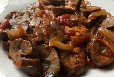 Пържени свински бъбреци с лук и домати