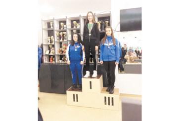 Десетокласничка от Икономиката в Благоевград дублира шампионската си титла на България с подобрен национален рекорд на пушка