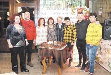 70-годишен юбилей със 70 гости празнува миньорката Л. Чикалова от Благоевград, задружната й фамилия вдигна тостове, децата й пристигнаха от Германия