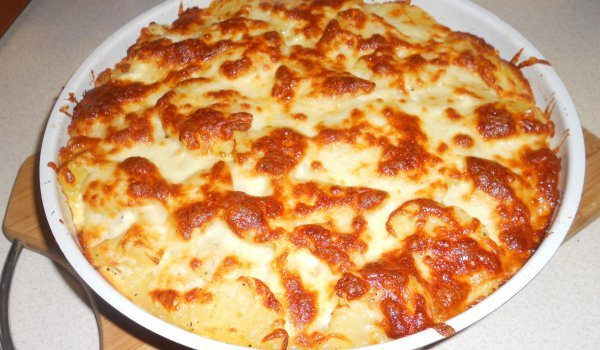 Запеканка с картофи, шунка и краставички
