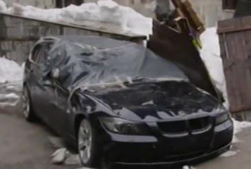 Инцидент в Пампорово! Снежна маса смаза автомобли на хотелски паркинг