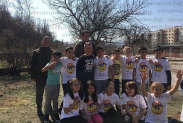 Деца, родители и учители превърнаха двора на XI ОУ в цветна градина
