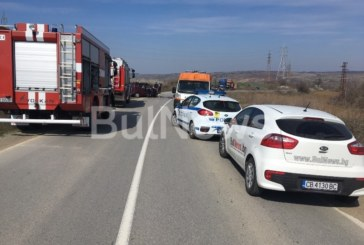 Две коли в челен сблъсък на Криводолско шосе, има ранени, пътят е затворен