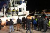 Задържаха хуманитарен кораб с 48 мигранти в Италия