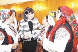 Цвета Караянчева посреща последните студени дни от зимата с пъстри терлици, плетени от жените в с. Скребатно