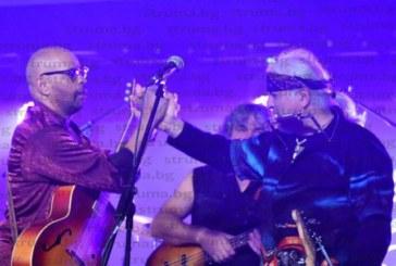 """Пълна зала аплодира на крака музикантите във финалната вечер на """"Blagoevgrad Blues & Jazz Fest"""", 2 фирми без търг се облажиха с фестивални цени на питиета и мезета"""