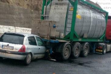 Цистерна и кола в сблъсък на Е-79 край Железница, карат жена в болница