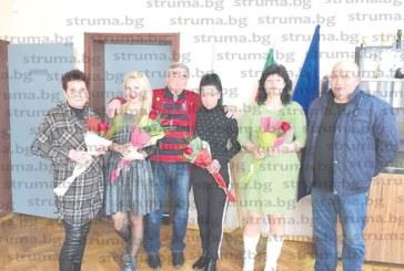 Президентът на Колежа по туризъм проф. Жечев посрещна дамите от администрацията с червени рози, те му поискаха прошка