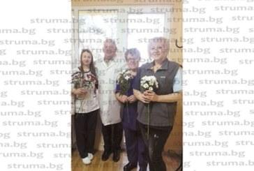 Началникът на вътрешно отделение д-р Р. Кондев изненада дамите от колектива за 8 март с красиви хризантеми