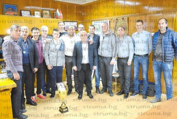 """Хандбалистите на """"Пирин"""" /Гоце Делчев/ връчиха на кмета Вл. Москов и заместниците му медали в знак на благодарност на подкрепата"""