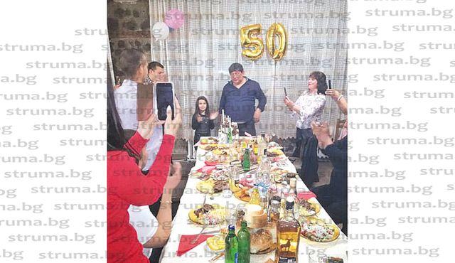 Пощенска служителка направи парти край величествения Кадин мост в чест на 50-г. юбилей на съпруга си