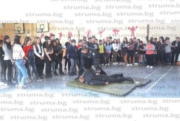 Полицаи учиха деца в Банско как се неутрализира нападател с нож