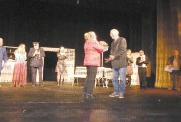 Изненадаха с букет на сцената за рождения ден режисьорката в дупнишкия театър Кр. Йорданова