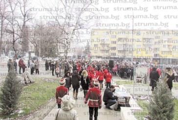 Радомирци се поклониха пред паметника на последния знаменосец на Самарското знаме