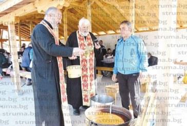 Жителите на Полето се събраха за курбан на оброчището край селото