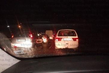 """Три коли във верижната  катастрофа при Владая, вадят хора от автомобилите, извозват ранените към """"Пирогов"""""""