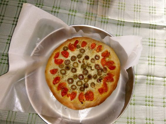 Фокача с маслини и чери домати
