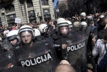 """Вучич напусна президентството, гневът се """"обърна"""" към полицията"""