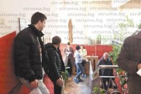РЕКОРДНО ЧАКАНЕ! 24 часа родители се редиха на опашка да запишат децата си в Десета детска градина в Благоевград, дремват на смени в колите