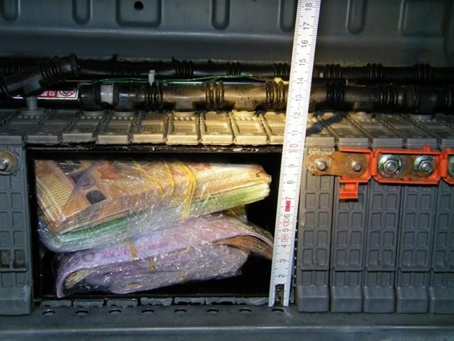 Удар на гранична полиция! Задържаха 2-ма петричани на Калотина, укрили 128 000 евро в тайник /снимки/