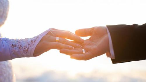 Защо носим сватбения пръстен на безименния пръст