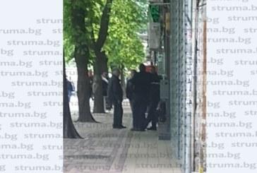 Само в struma.bg! Търговската улица в Сандански почерня от ченгета, търговците хлопнаха кепенци /снимки/