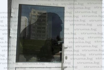 Счупиха вратата на саниран блок в Радомир