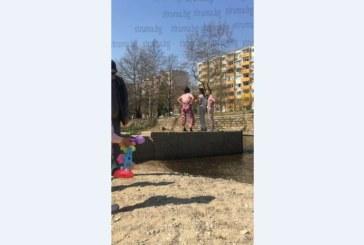 Тийнейджърки поздравиха приятелка със скок в р. Бистрица за рождения й ден в Благоевград