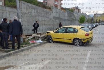 Зрелищна катастрофа в Благоевград! Шофьор се заби в стълб край ЮЗУ, заряза колата и избяга, полицията го издирва