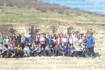 """Млади археолози от петричкото 3-о ОУ намериха """"съкровища"""" в античния град Хераклея Синтика"""