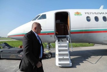 Самолетът на Борисов спука гума при кацане
