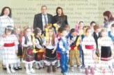 """Лазарки от ДГ """"Радомирче"""" огласиха с песни общината в Радомир, кметът Пл. Алексиев ги почерпи с лакомства"""