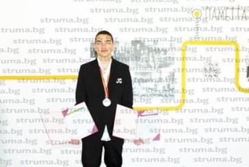 Сребърният медалист от Шри Ланка, неврокопчанинът Ив. Попов, отново спечели място в националния отбор по астрономия, заминава за олимпиада в Румъния