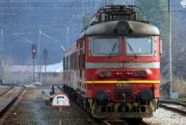 Пламна локомотив на бърз влак, пътниците евакуирани