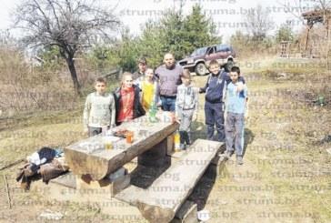 С покана за пикник малчугани върнаха кмета К. Огненски в детските години