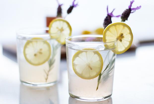 Газиран коктейл с лавандула и лимон