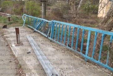 Метална ограда спря каскадата на млад шофьор от моста на река Струма