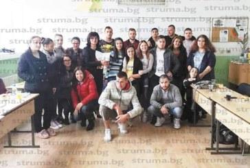 Абитуриенти трогнаха класната си З. Глушкова на рождения й ден с огромен плакат – покана за бала