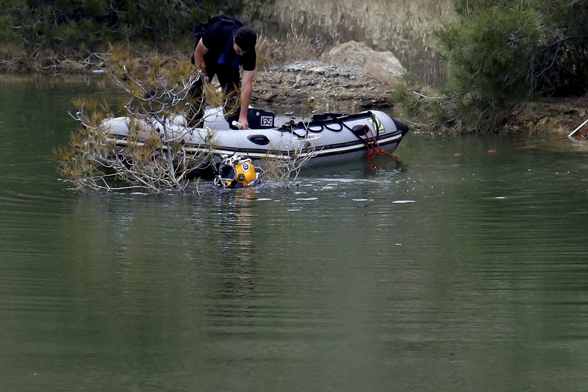 Откриха останки от жертва на сериен убиец в куфар в езеро