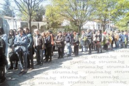 Дълги опашки от миряни пред благоевградския храм на Цветница, 9 момиченца получиха своето кръщение