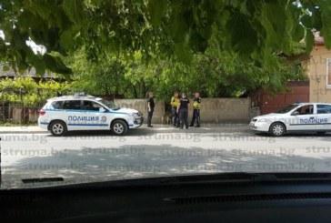 Патрулки блокираха улица! Полицаи обградиха къща, бандитите избягали преди тях