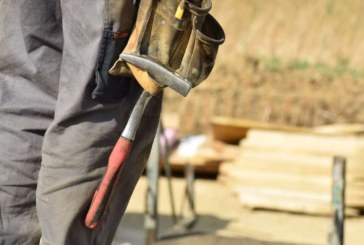 Един от всеки десети българин работи тежък физически труд