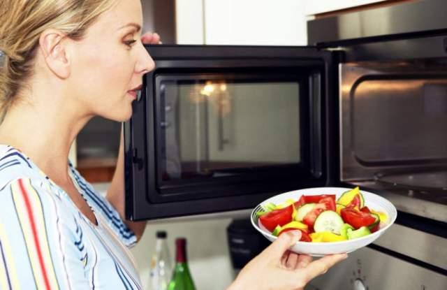 8 опасни грешки, които не бива да правим с микровълновата
