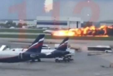 Пътнически самолет се запали във въздуха, катастрофира на летището