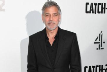 Джордж Клуни на червения килим, заедно с тъща си