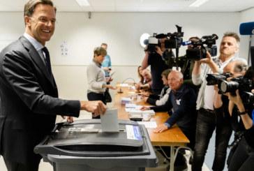 Премиер отиде да гласува на евроизборите на колело (СНИМКА)