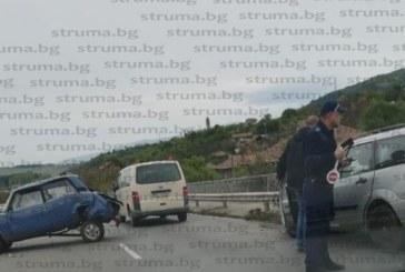 """""""Лада"""" и """"Форд"""" в сблъсък на пътя Перник- Радомир, блокираха движението"""